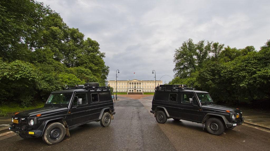 BESKYTTET: Like etter terrorangrepet i Oslo ble veien opp til slottet sperret.