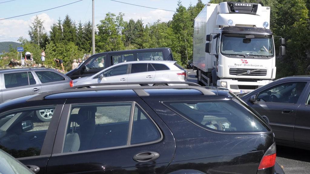 Trafikken fløt lettere kaotisk fredag formiddag rett ved minnepunktet ved Lia på Utstranda. Biler rygget rett fra parkeringen og ut foran lastebiler som kom kjørende.