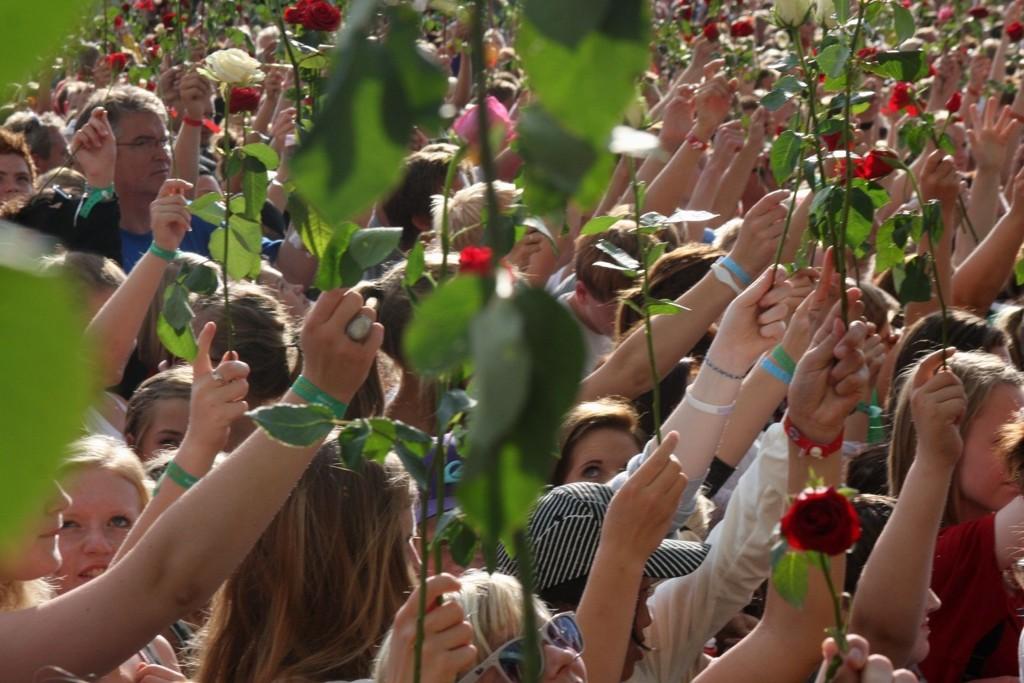 Minnekonserten: Den tradisjonelle åpningskonserten ble omskapt til en følelsesladet minnekonsert gjennom et hav av hender og blomster som vaiet i takt med musikken.