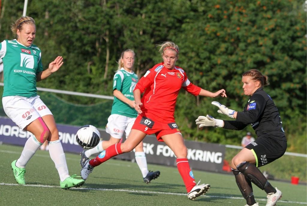 På godt og vondt: Elise Thorsnes scoret to ganger på Klepps finske keeper Katja Kankaanpää, men mot slutten av matchen dro Thorsnes på seg et tullete rødt kort.