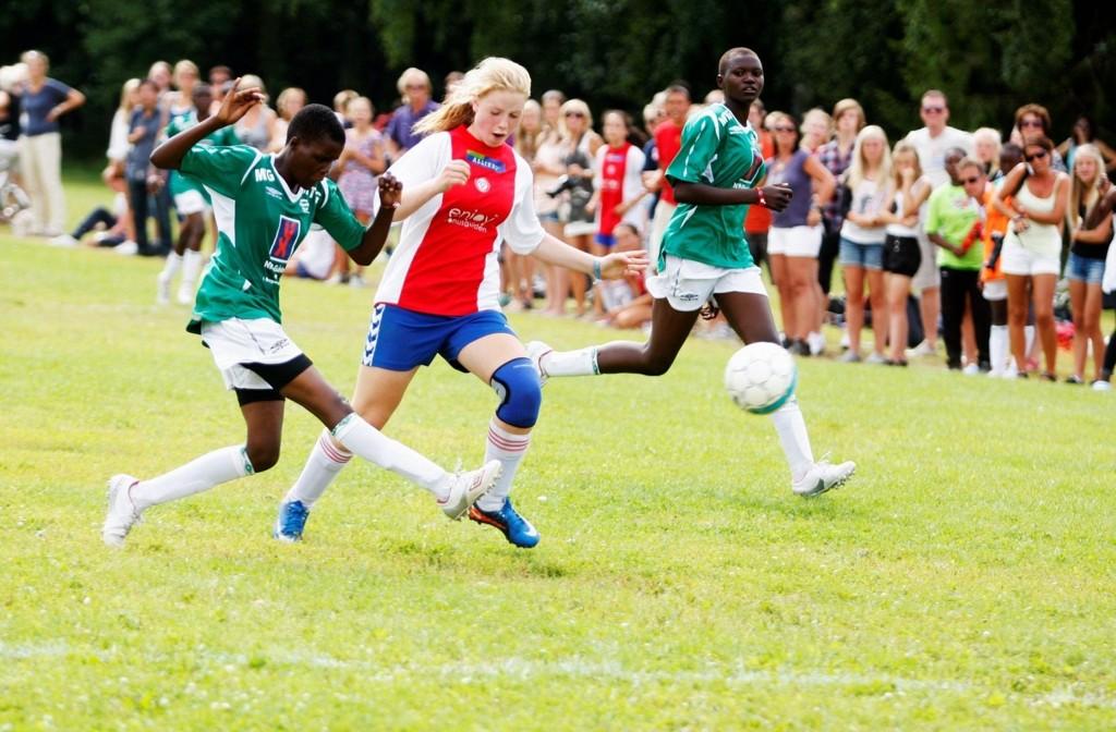 KFUM/Oslo-spiller Martine Angell (14) fra Nordstrand spilte godt i kvartfinalen mot Bring Children fra Uganda.  Alle foto: Anders Halvorsen