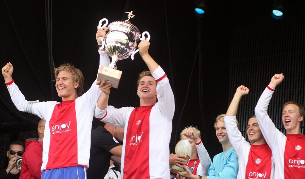 Jaaaa!: Kaptein Fridtjof Kahrs (høyre) løfter pokalen som viser at KFUM/Oslo var Norway Cups beste juniorlag i 2011.