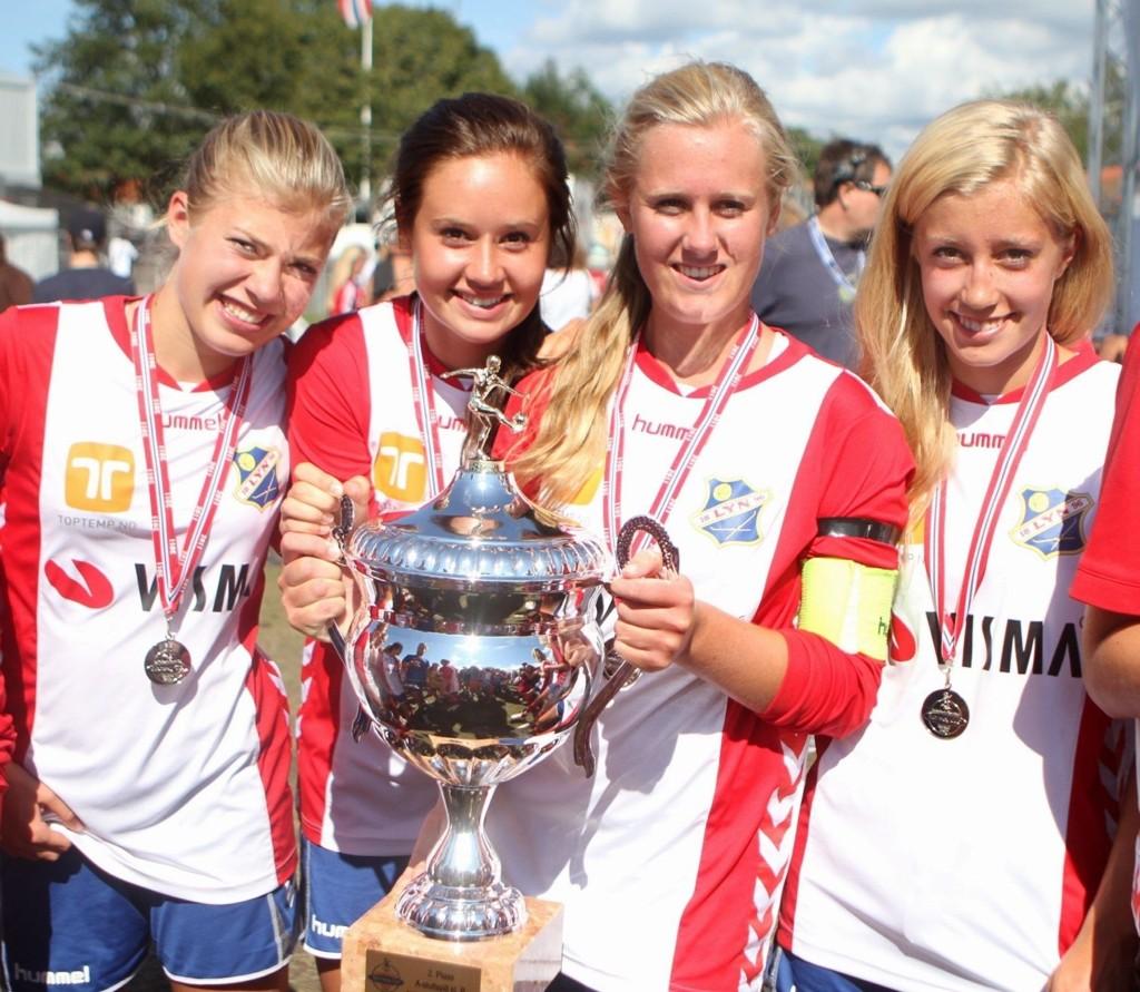 Fornøyde: Gine Kirkebøen Støren (venstre), Hanne Mollekleiv, Marta Røer Falch og Klara Råbu smilte fornøyd etter sølv i Norway Cup.