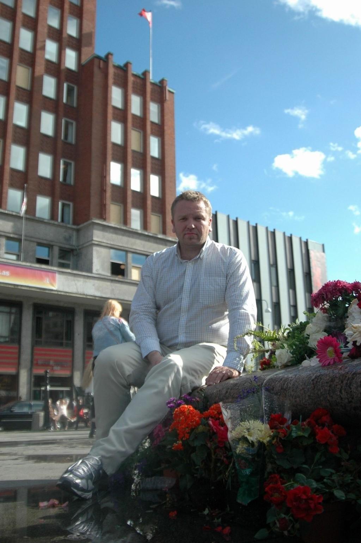 MØRBANKET: BU-leder i Bydel Grorud og valgkampleder Anders Røberg-Larsen foran Arbeiderpartiets bastion på Youngstorget. Hans eget kontor er fortsatt ikke reparert ferdig etter bombeangrepet. Anders føler seg mørbanket han også.