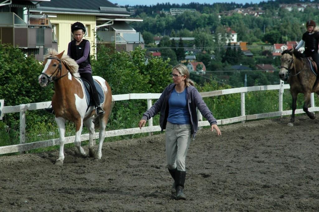 Slutt: Bettina Lunde fotografert mens det ennå var hester på stallen på Nordtvet gård, og jentene kom fra hele distriktet for å lære å ri.