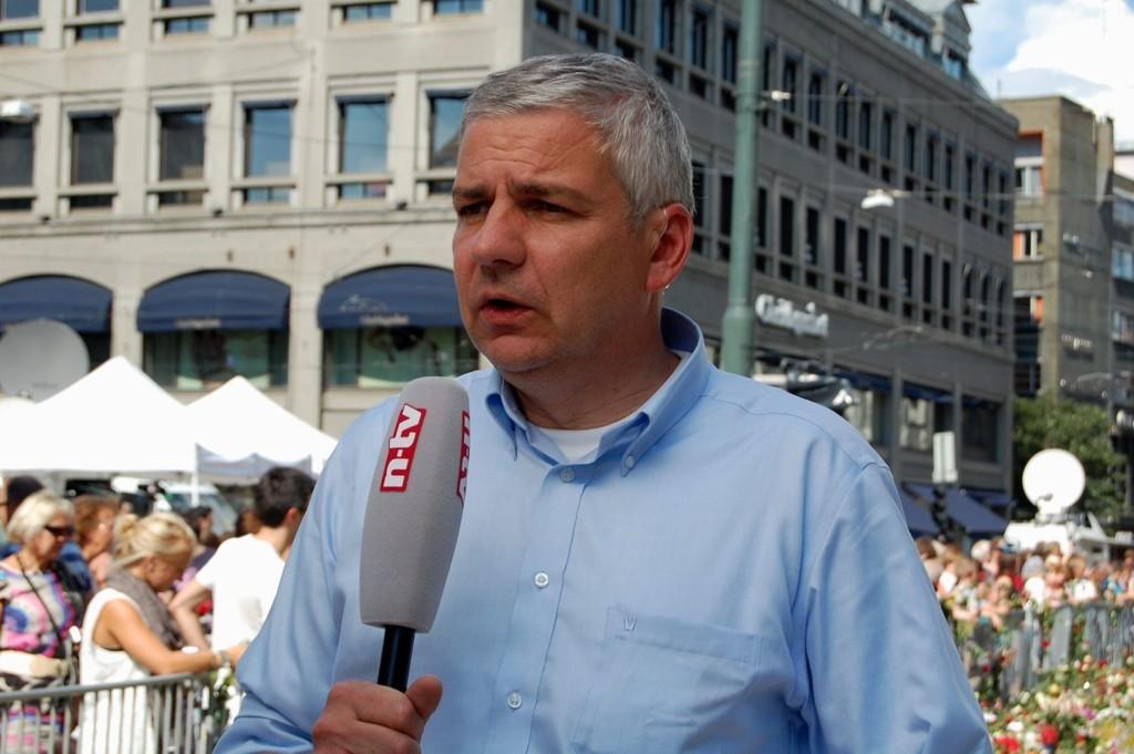 Carsten Lueb fra tysk tv (RTL) mener det er vikitg å distanserer seg som journalist når man håndterer en så grusom sak som den i Oslo og Utøya.