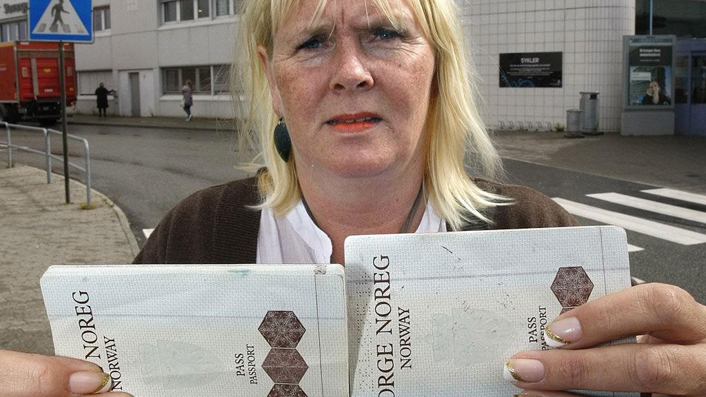 Maiken Fjermestad Bieri (42) slapp gjennom innsjekkingen på Stavanger lufthavn, Sola selv om hun ved en feiltakelse hadde tatt med seg datterens pass. Her viser Fjermestad Bieri fram sitt eget pass og passet hun hadde med seg da episoden fant sted.