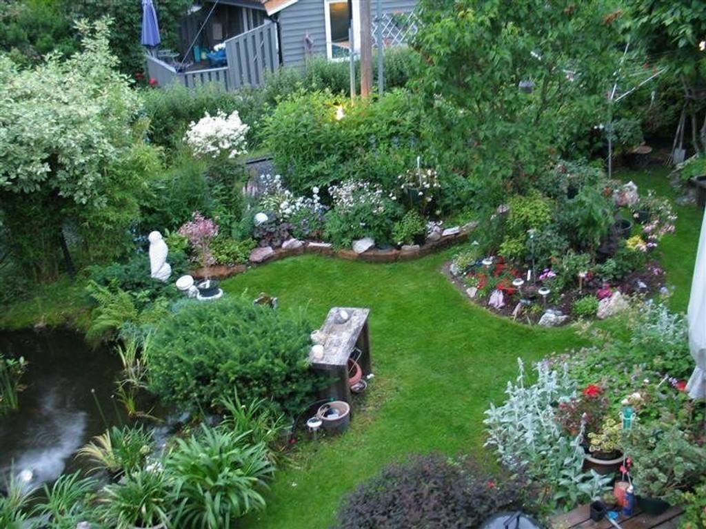 Med kunstig dam: Ragnhild Ellenbacher tilbringer mye av sin tid i hagen.