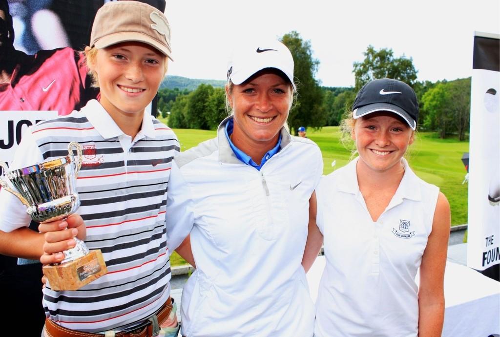 Aleksander Øverli (13) og Sofie Kjus Huseby (15) fra Oslo Golfklubb sammen med verdensstjernen Suzann Pettersen (30). Aleksander vant sin klasse i Suzann Junior Challenge på Bogstad, Sofie tok en sterk tredjeplass.