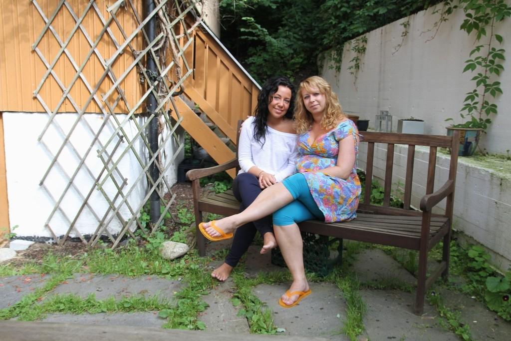 (F.v.) Bethina Alice Bredesen og Carina Alice Bredesen i bakgården hjemme i Ekebergskrenten.