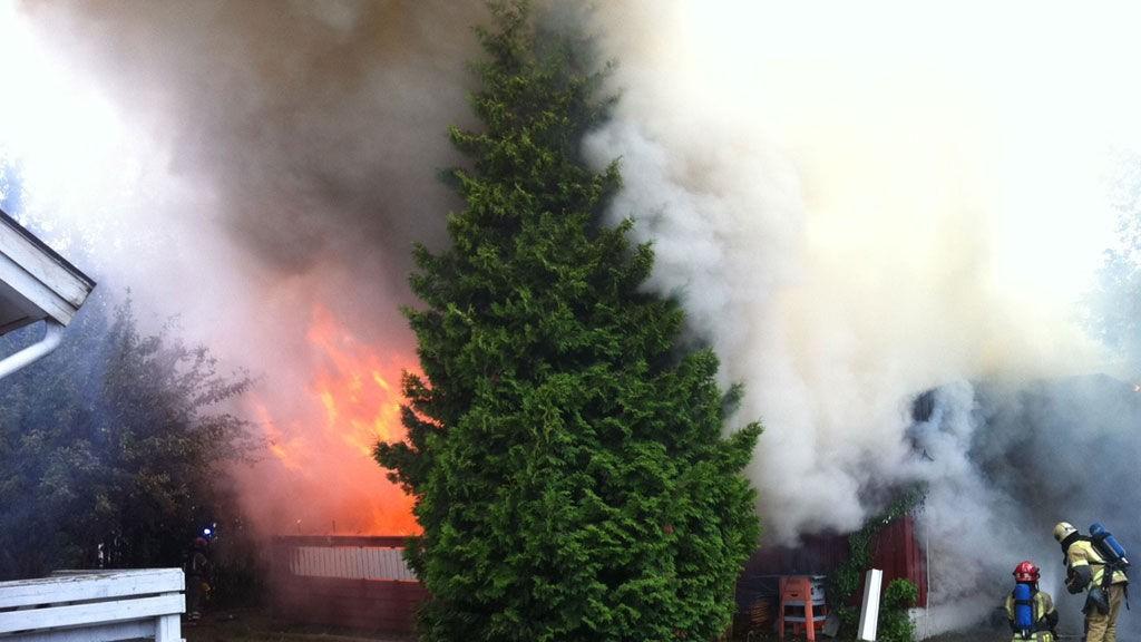 KRAFTIGE FLAMMER: Her brenner det i eneboligen i Gjerdrumsgata 19 i Lillestrøm sentrum.