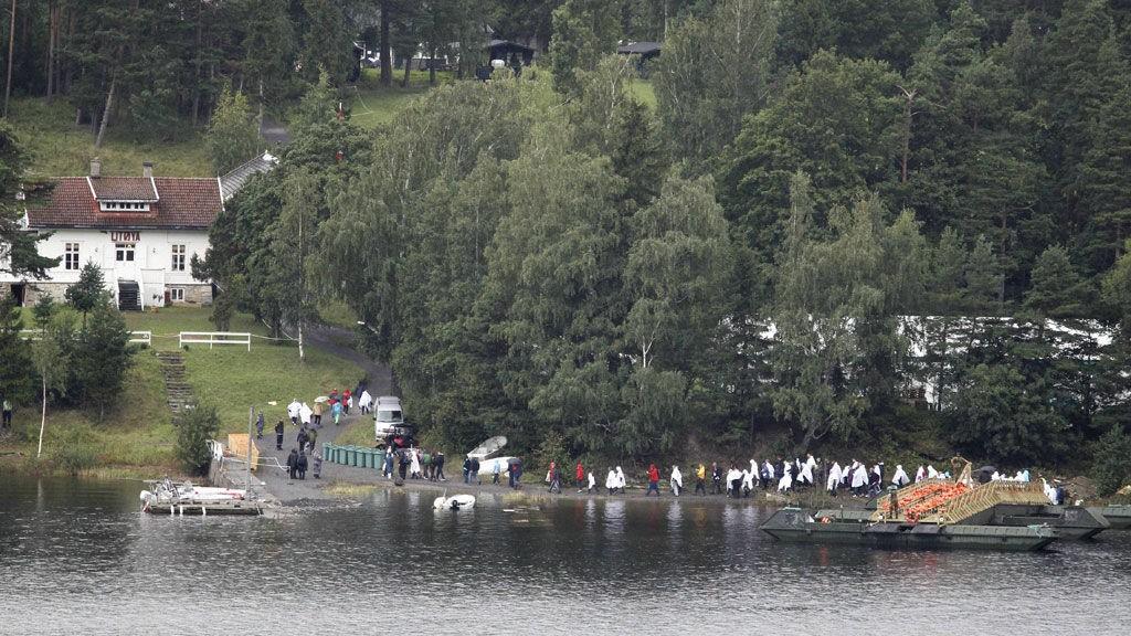 I LAND:Noen av de etterlatte etter massakren på Utøya går i land.