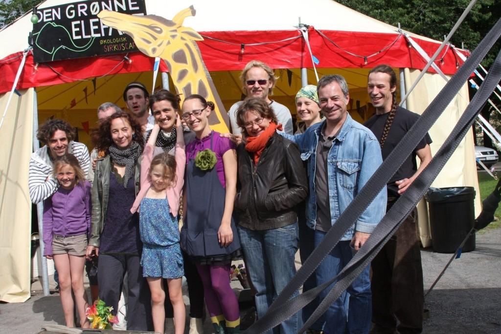 FARGERIK GJENG!: En vakker bukett artister og familie samlet rundt Sverre Waage ( med giraffen), som faktisk har en Mastergrad i sirkus som scenekunst