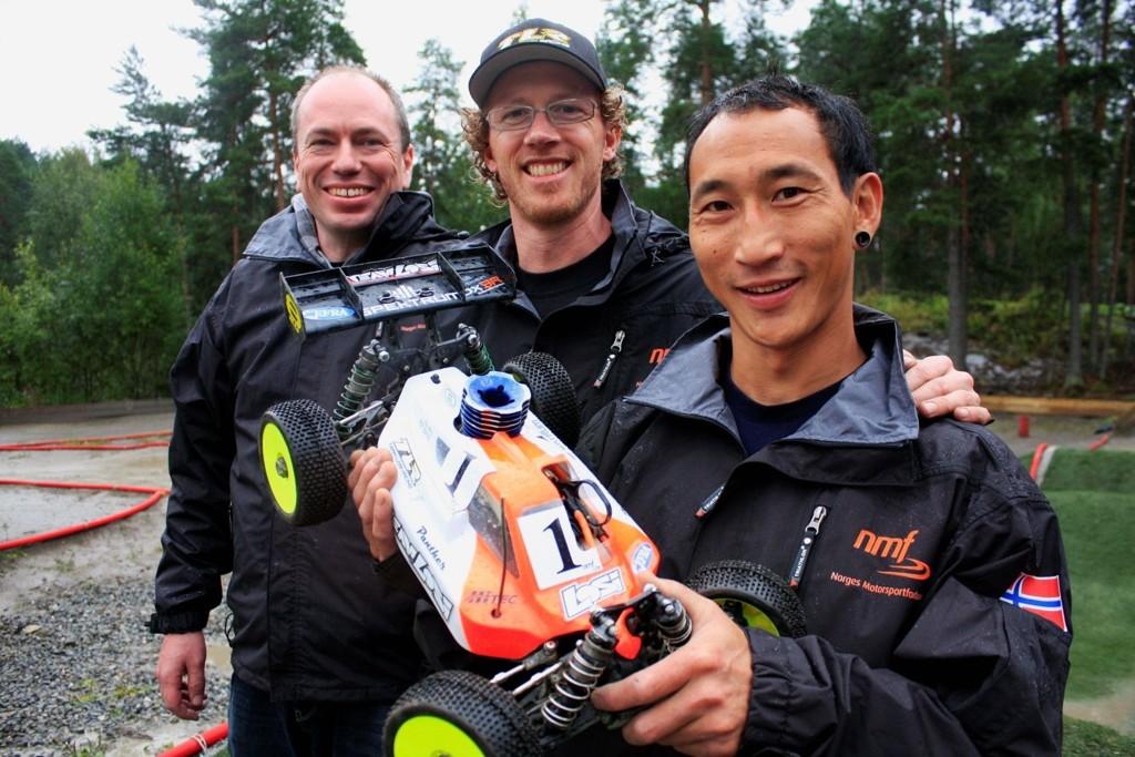 Kim Gjerstad (foran), Viggo Andreassen og Frode Skauen var alle fornøyde etter NM på Hvervenbukta motorsenter. Alle tre tok seg til finalen søndag.