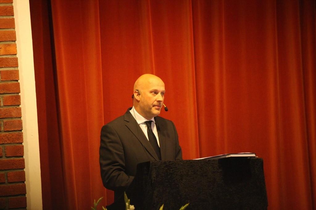 Rektor David Dunlop ledet minnestunden.