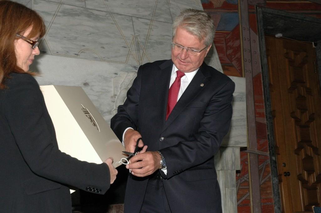 Ordfører Fabian Stang fikk æren av åpne den første urnen med forhåndsstemmer.