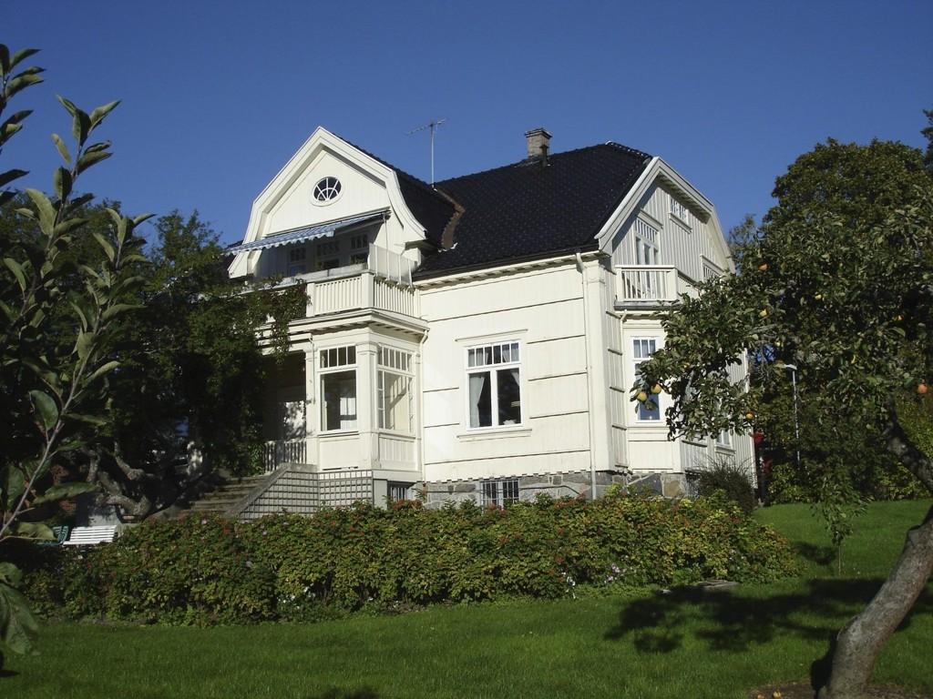 JUBILEUMSFEST: Huset som Herman August Scheibler fikk oppført på Skovheim i 1913, huser nå Nanna Maries hjem. Det er i denne villahagen beboere og ansatte ved Kirkens Bymisjon Skovheim feirer trettiårs-jubileet tirsdag kveld.
