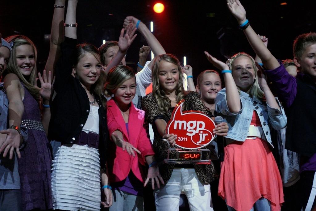 VINNER: Sval Rosenløw Eeg (12) fra Tåsen vant MGPjr-trofeet. Her er hun på scenen etter at finalen var avgjort sammen med de andre finalistene.