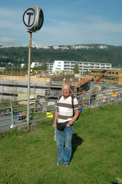 VENTER: Leder av bydelsutvalget, Karl P. Olsen (Ap), venter på første tog fra Romrike her på Stovner T-banestasjon.