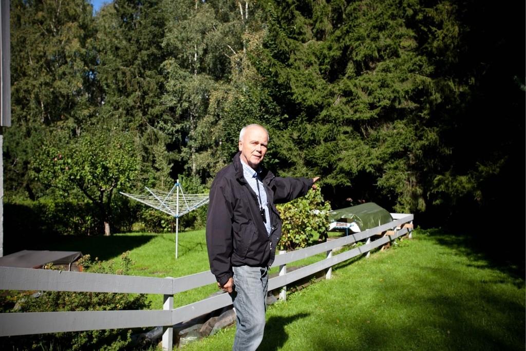 FOR NÆRE: Tom Einar Olsson fikk i forrige uke besøk av kommunen for å se hvor nære den nye stien skal gå.
