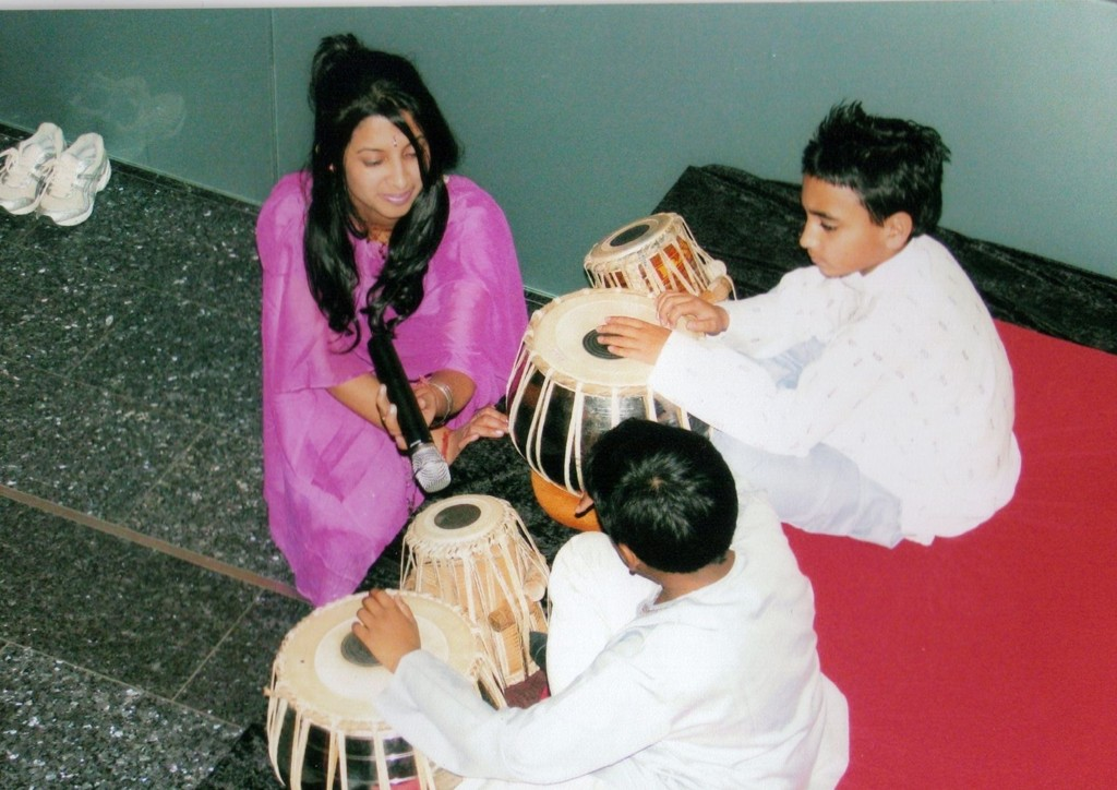 TABLA: Sumita Paul, Karan Paul og Ajaj Suresh spiller tablatrommer.