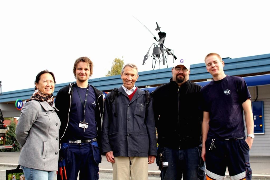 FLYTTETEAM: Nina Chu fra kollektivtransport produksjon, Steffen Kristensen flytteteamet, Bøler-patriot Kai Ekanger, Andreas Lederhilger og Christoffer Aronius fra flytteteamet.