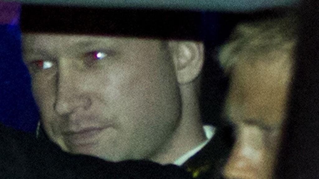 Terrorsiktede Anders Behring Breivik ankommer fengslingsmøtet i Oslo tinghus fredag.