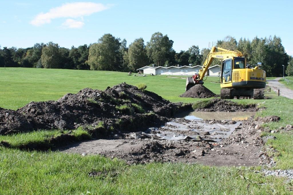 NYE FUNN: Jord og gress legges tilbake på plass etter at Byantikvarens arkeologiske undersøkelser på Ekebergsletta er ferdige. Her ved Ekeberg camping.