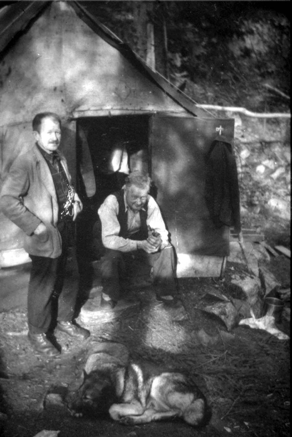 Marka-beboere: Eneboerbrødrene Albert og Johan Næs foran sitt enkle husvære i Østmarka. Disse får man høre mer om på Sandbakken.