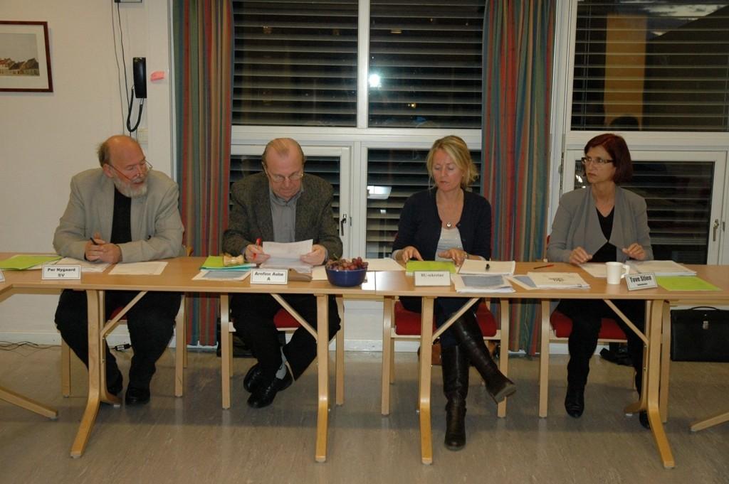 STOLSKIFTE: Både Per Nygaard (f.v.) og Arnfinn Aabø er på vei ut av Østensjø BU. Her med BU-sekretær Therese Lundstedt og bydelsdirektør Tove Stien.