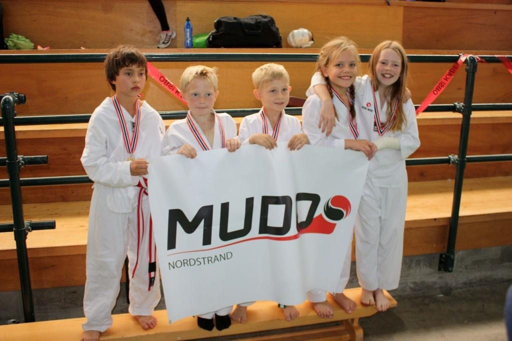 GULL: Chris Aleksander Berg (10)(t.v), Daniel Oppheim Nilsen (8), Christoffer Lindstad (8), Thea Corneliussen (9) og Celina Aaserud (10) tok gull i taekwondo