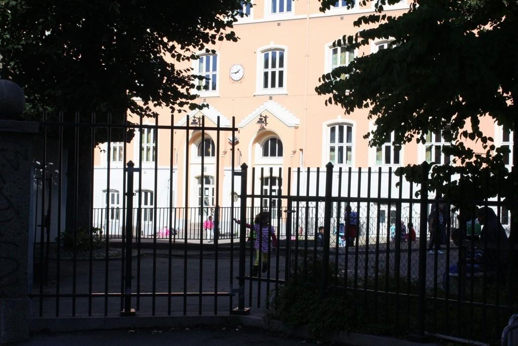 JAGET UT: Elever og andre lekende barn ble kastet ut av skolens område på valgdagen. Selv om lekeplassen egentlig skal være åpen til bruk for bydelens beboere frem til klokken ni på kvelden.