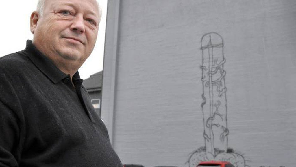 PENIS: Seksjonsleder Ståle Klubnes hos NAV servicesenter synes ikke noe om taggingen av en tre etasjer høy penis på veggen deres.