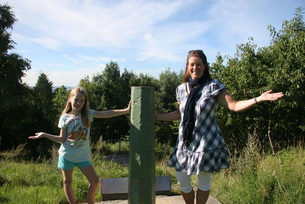 RYDDES: Nå skal det ryddes på Tyskertoppen - her Korsvoll velleder Stine Grønvold og datteren Mari, foran det som en gang var utsikten over byen.