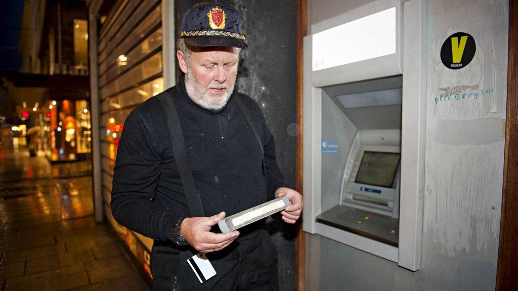 AVSLØRT: - Noen har limt en ekstra list på minbanken. Det er brukt med silikon, sier politibetjent Rune Krey