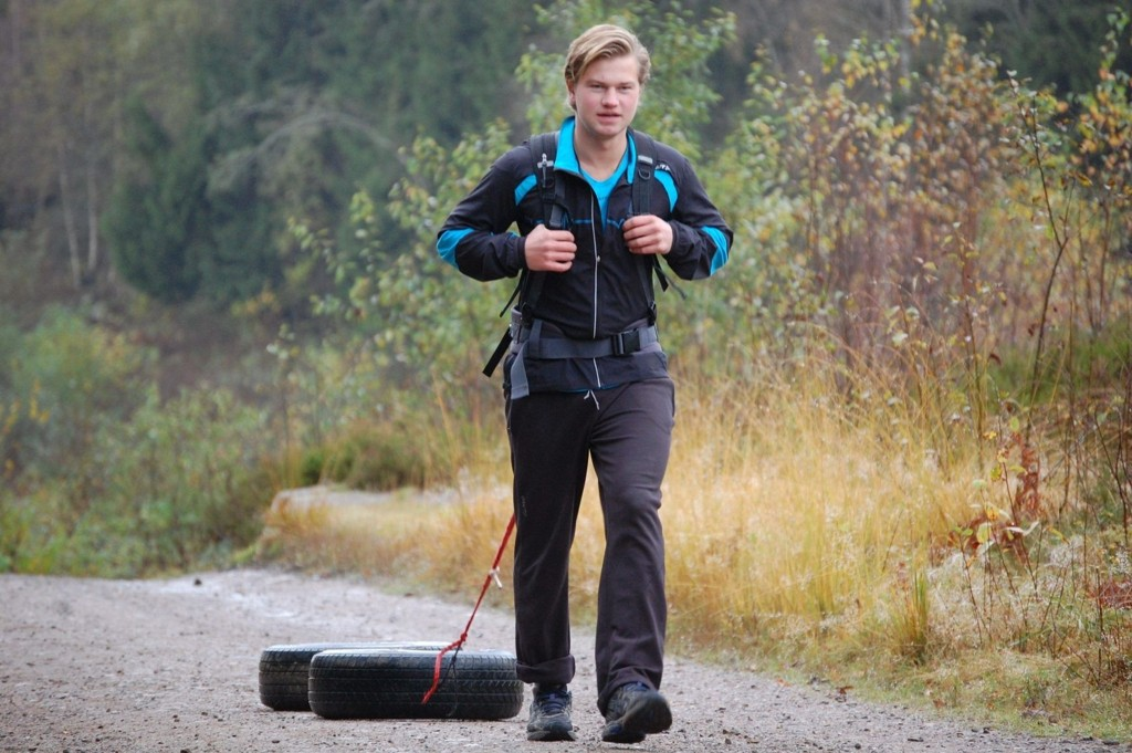 Teodor Glomnes Johansen bruker mange timer ved Sognsvann på å dra dekk for å simulere det å dra en sytti kilos pulk etter seg.