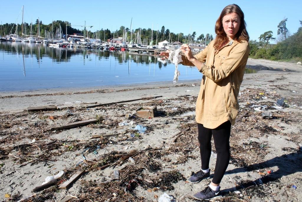 Over tusen udefinerbare plastbiter ble registrert etter at tre frivillige ryddet Bygdøy sjøbad sist uke. 80 prosent av marin forsøpling kommer fra land og plast er den største fienden. Emily Robertson (24) er kampanjeleder i Hold Norge Rent og lørdag 17. september gjennomførte hun en meget vellykket strandryddeaksjon langs norgeskysten. FOTO: CARINA ALICE B REDESEN