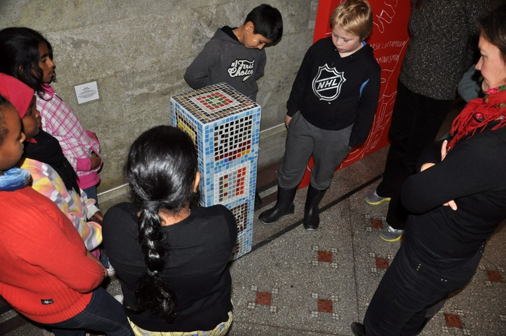 Rommen-elevens mosaikk-kunstverk har nå invadert Kunstindustrimuseet. Her er barna sammen med kurator Christine Lorange