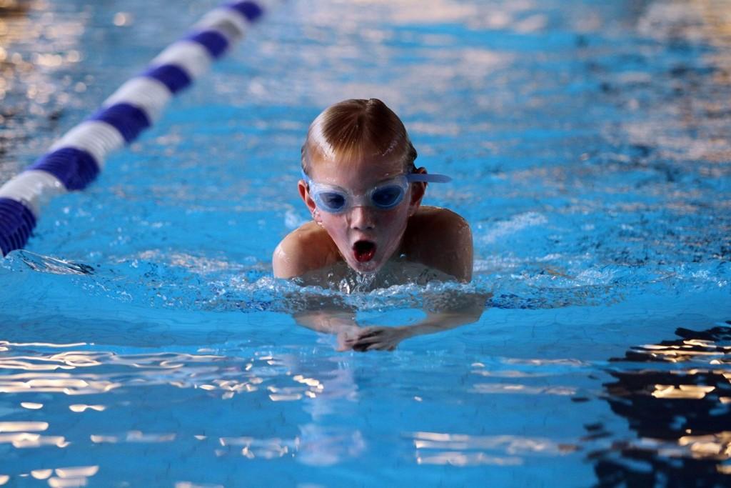 FOSSER INN: Her svømmer Magnus Sandaas Gill (10) inn til ny personlig rekord på 200 meter bryst - en forbedring på 12 sekunder.