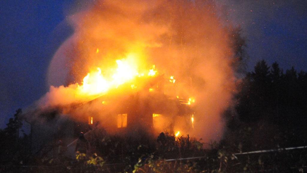 Brannen var meget kraftig. Allerede da brannvesenet fikk melding litt over klokken 07.00 sto bygningen i full fyr. Foto: