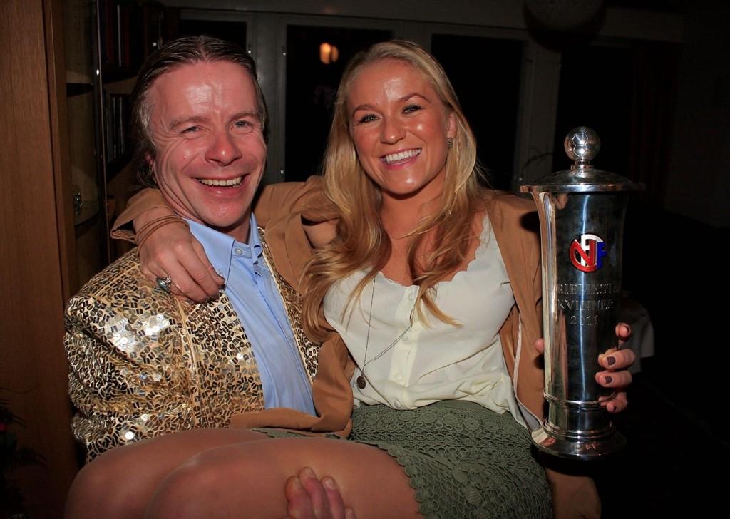 GLISTE GODT: Røa-trener Geir Nordby og Lene Mykjåland vet hvordan et seriegull skal feires. Her er festen godt i gang lørdag kveld.  Alle foto: Anders Halvorsen