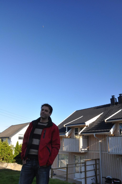 Selv om sola skinner ligger flystøy som et tungt teppe over Olaf Gresvik og familien på Høybråten.