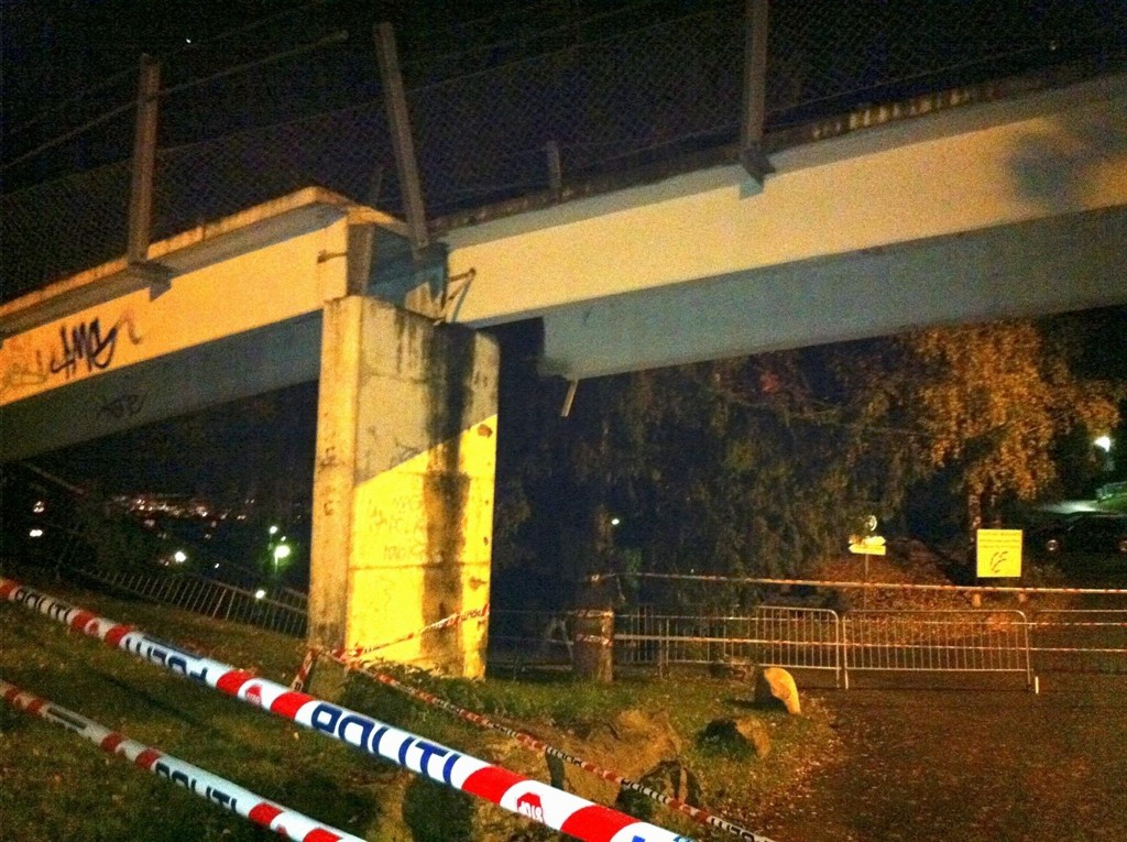 KRAFTIG DYTT: Tirsdag kveld måtte hundrevis av bebeore i området unngå å passere under gangbroen på toppen av Ostadalsveien, etter at en lastebil skjøv den omtrent en meter.
