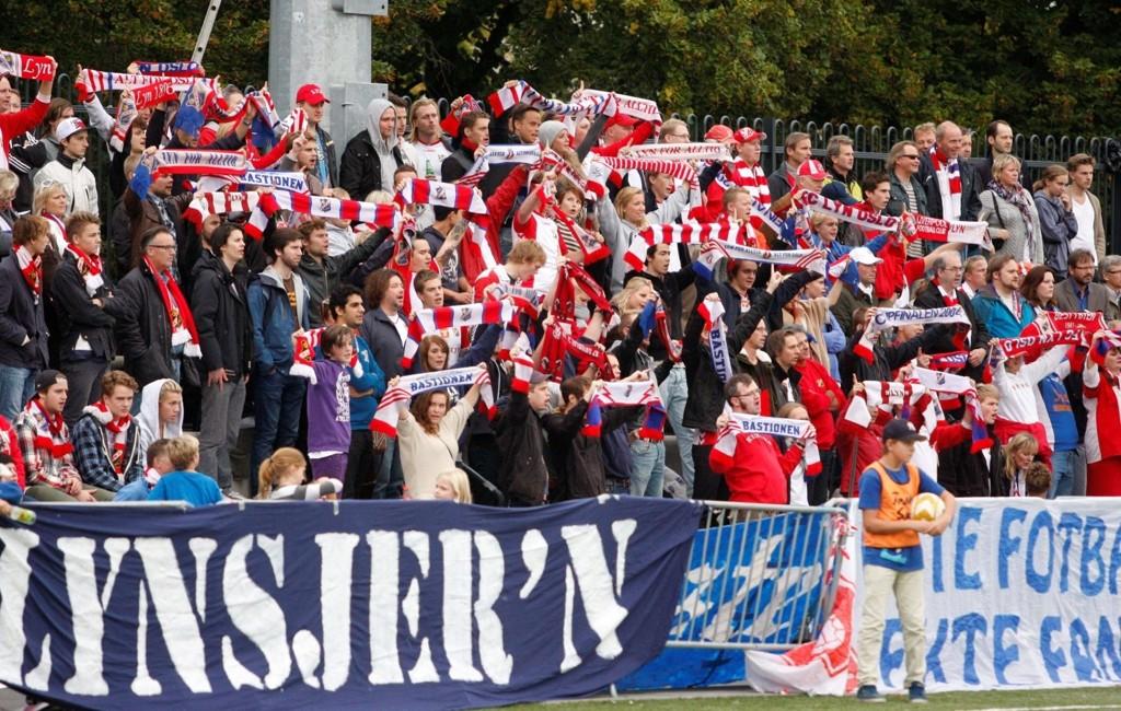 FÅR SKRYT: Lyn-fansen Bastionen har sammen med klubben reist seg til nye høyder.
