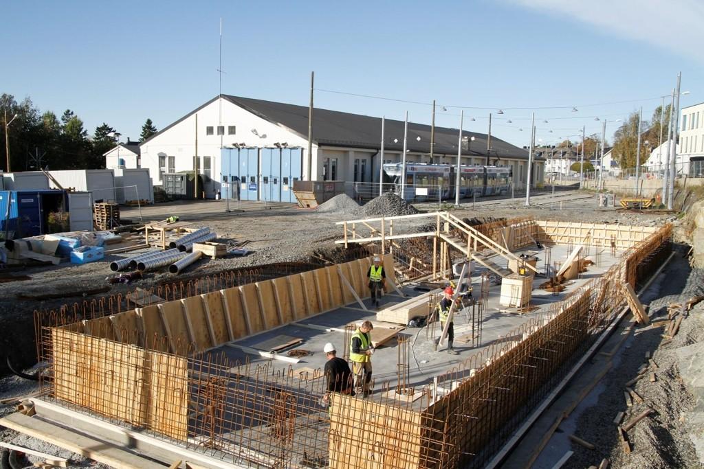 GRUNNARBEIDER: En gammel lagerbygning er revet, og arbeidene med den nye lakkeringshallen for trikker på Holtet er nå godt i gang.