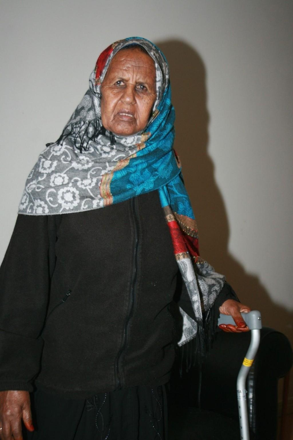 Asha Ahmed Osman (71) venter fortsatt på tillatelse til å få bli i Norge. I mellomtiden må hun bo på rom med en ustabil og psykisk syk kvinne som har truet henne.