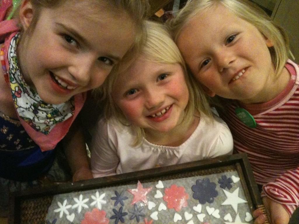 (F.v.) Sophie Sund Armitage, Ingrid Amundsen og Cornelia Corona Leonora Grandal pyntet kaker fredag kveld.