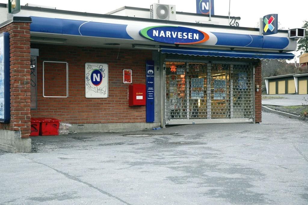 Narvesen-kiosken på Munkelia ble tirsdag kveld ranet av tre menn med hammer.