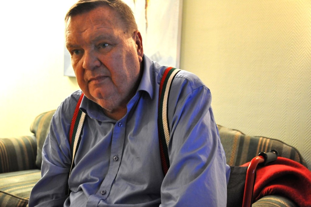 Håvard Bruun (69) føler seg svært dårlig behandlet etter å ha blitt uskrevet fra Radiumhospitalet. Han måtte få ei venninne til å stelle operasjonssårene i skulderen og på låret.