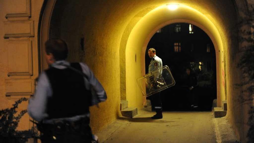 KNIVSTUKKET: Væpnet politi rykket ut etter meldingen om knivstikkingen.